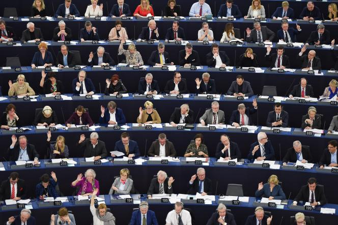 Sur cette photo prise au Parlement de Strasbourg, le 26 mars, on trouve 30 femmes pour 50 hommes, soit 37,5 % d'élues ; un taux très proche du rapport femmes-hommes global du Parlement.