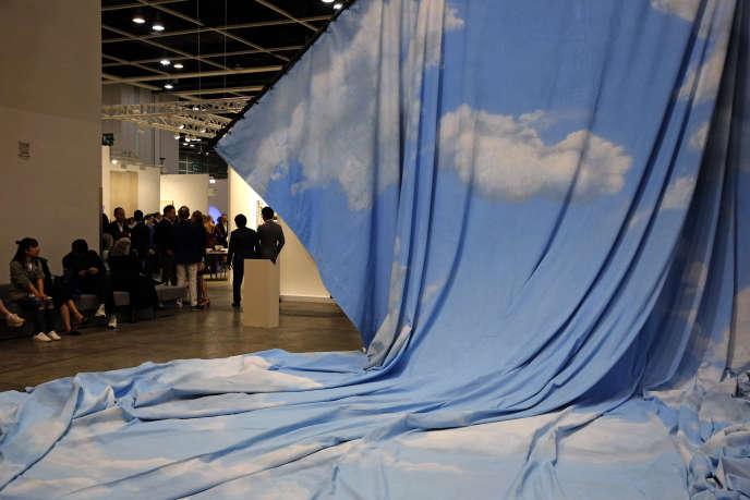 Accrochage de « La Dépossession », de l'artiste franco-marocaine Latifa Echakhch, à la foire Art Basel, à Hongkong, mercredi 27 mars.