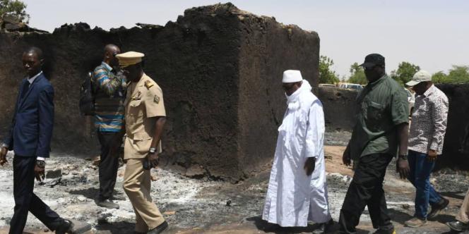 Le président Ibrahim Boubacar Keïta à Ogossagou, dans le centre du Mali, où au moins 160 personnes ont été massacrées le 23 mars 2019.