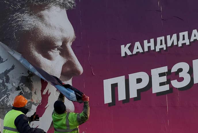 Une afficha de la campagne présidentielle de Petro Porochenko, à Slaviansk (Ukraine), le 28 mars.