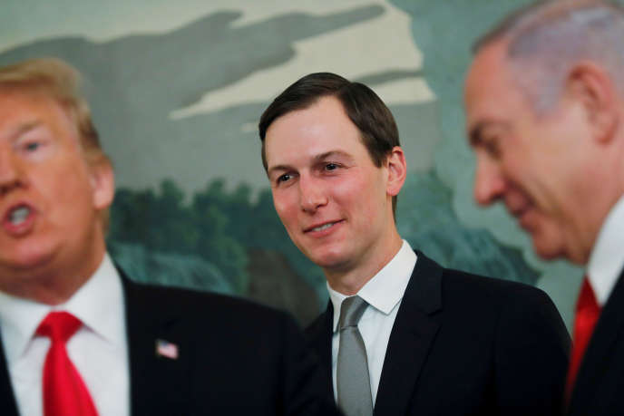 Le haut conseiller du président des Etats-Unis, Jared Kushner, entre Donald Trump et Benyamin Nétanyahou, le 25 mars, à Washington.