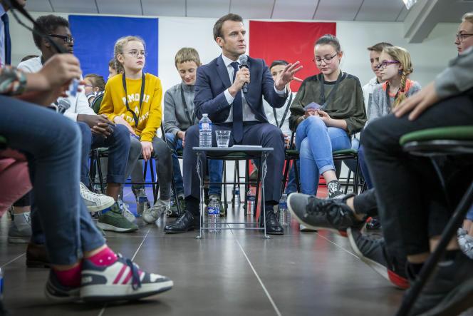 Emmanuel Macron lors d'un débat avec des enfants, le 28 mars à Beaupréau-en-Mauges (Maine-et-Loire).