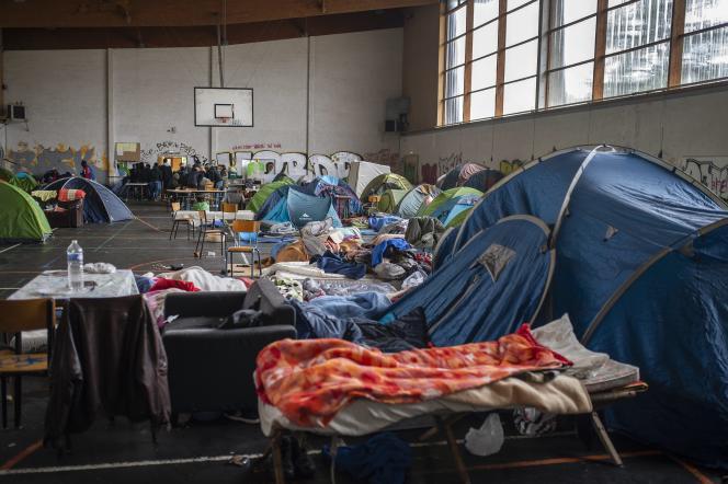Entre 250 et 350 personnes, pour la plupart demandeurs d'asile,vivent dans un ancien gymnase à Saint-Herblain (Loire-Atlantique).