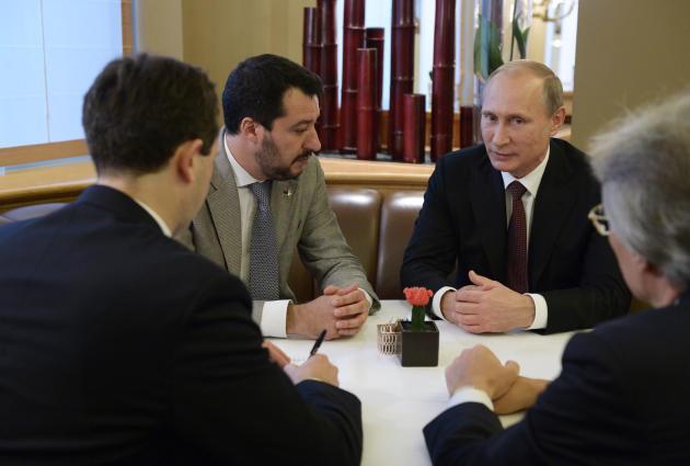 Vladimir Poutine (à droite) rencontre discrètement, dans un bar, le secrétaire fédéral de la Ligue du Nord Matteo Salvini, à Milan, le 17 octobre 2014, en marge d'un sommet Europe-Asie.