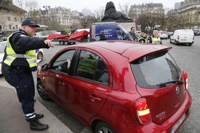 Contrôle de police lors d'un pic de pollution, à Paris, en 2014.