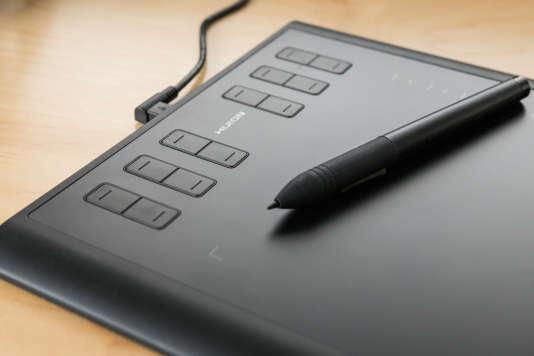 Légende : Les boutons de la tablette Huion se trouvent sur le côté gauche et sont plus faciles à atteindre quand on travaille que ceux de la Intuos S de Wacom.