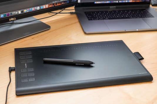 La tablette 1060Plus est de fabrication robuste mais il faudra peut-être vous habituer à sa surface glissante.