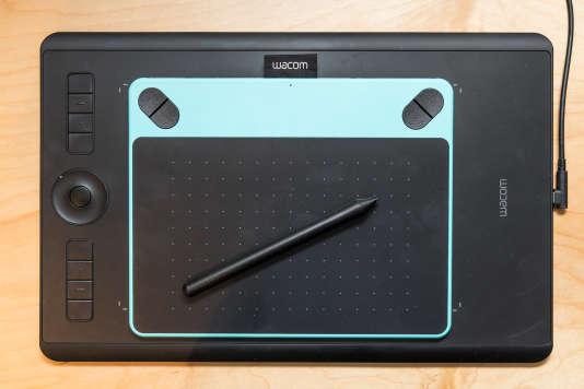 L'Intuos Pro (posée sur le bureau, dessous) offre plus de précision, une surface active plus grande et une qualité supérieure à celle de la Intuos Draw (posée dessus). La Intuos S ne figure pas sur la photo mais a les mêmes dimensions que la Intuos Draw.