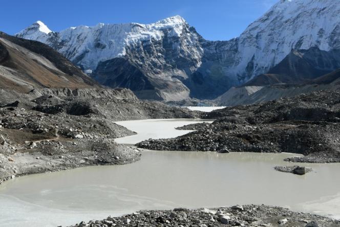 Dans la région de l'Everest, dans le district de Solukhumbu, à quelque 140 km au nord-est de Katmandou (Népal), les eaux du lac glaciaire Imja sont un présage d'inondations.