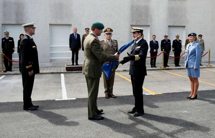L'amiral Charlie Stickland confie le drapeau européen à son homologue espagnol, Antonio Martorell, durant la cérémonie du passage de témoin àRota près de Cadix, le 29 mars.