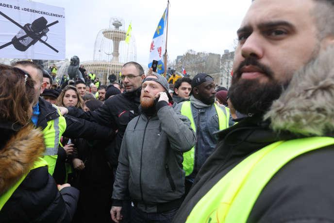 Eric Drouet (à droite) et Maxime Nicolle, alias « Fly rider » (au centre), à Paris le 2 février.