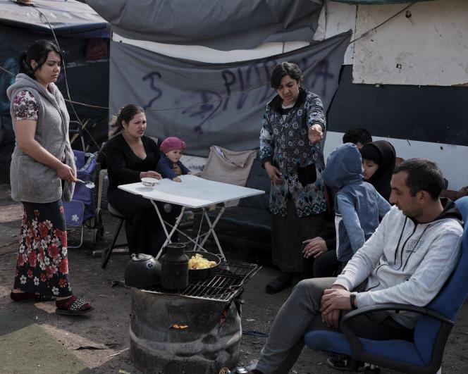 Dans un campement de Roms à Bobigny, après l'agression du 25 mars.