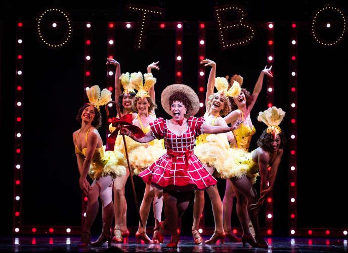 La comédie musicale «Guys and Dolls» avec, au centre, Ria Jones dans le rôle de Miss Adélaïde.