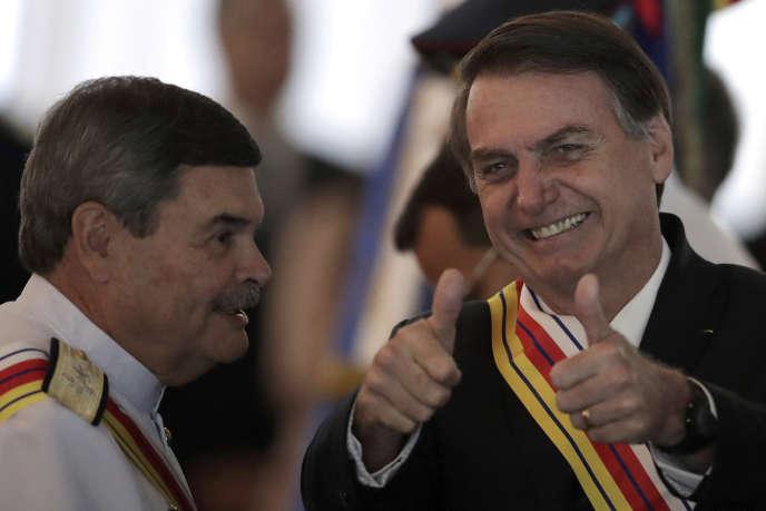 Le 28 mars 2019, le président brésilien Bolsonaro (à droite) reçoit la médaille de l'ordre du mérite militaire du président de la Tribunal suprême militaire, Marcus Vinicius Oliveira dos Santos.