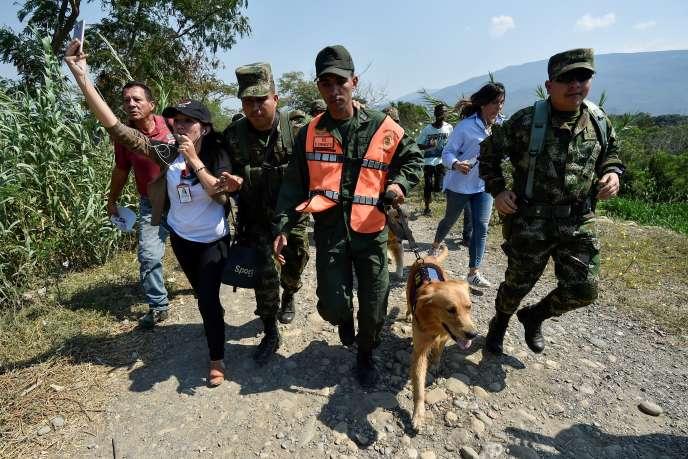 Des soldats colombiens escortent un membre des forces armées vénézuéliennes qui fait défection, à Cucuta, en Colombie, le 25 février.