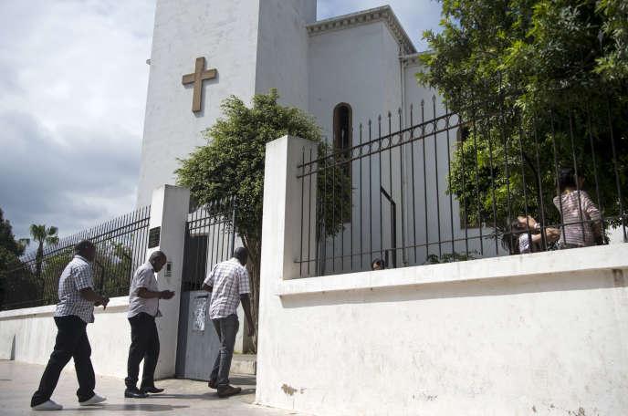 Des chrétiens entrent dans une église protestante à Rabat, au Maroc en avril 2017.