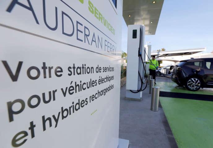 Une station de recharge de la société Enersoft sur le parking d'un hypermarché Carrefour à Bordeaux, le 6 décembre 2016.