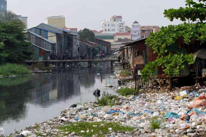 Pile de déchets sur le canal de Phnom Penh (Cambodge) le 29 mars.