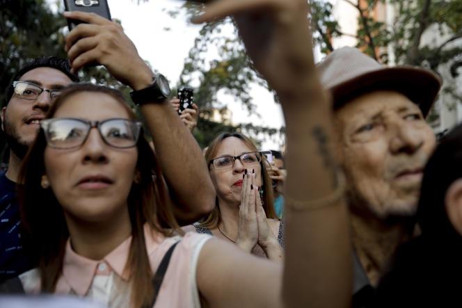 La foule écoute le leader de l'opposition, Juan Guaido, à Caracas (Venezuela), le 28 mars.