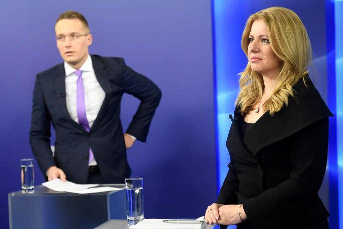 Zuzana Caputova et Maros Sefcovic, lors d'un débat télévisé tourné àBratislava, le 26 mars.