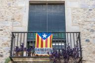 Drapeau catalan accroché à un balcon à Gérone (Espagne).