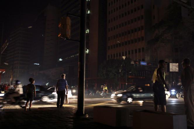 Les policiers aident à fluidifier la circulation à Caracas, où les habitants sont privés d'électricité le vendredi 29 mars.
