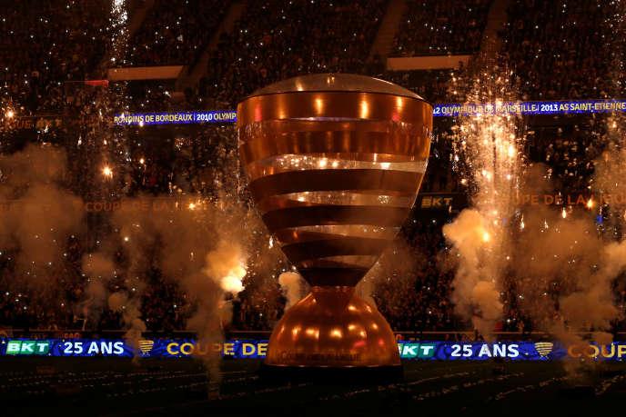 La pompe «son et lumière» de la pénible cérémonie d'ouverture de la finale , sur fond d'eurodance, ne fait pas illusion :la Coupe de Ligue n'intéresse que très tardivement, de moins en moins, et seulement les supporters des finalistes.