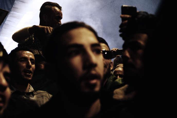 Des manifestants rejoignent la place Maurice Audin, à Alger, vendredi 29 mars.