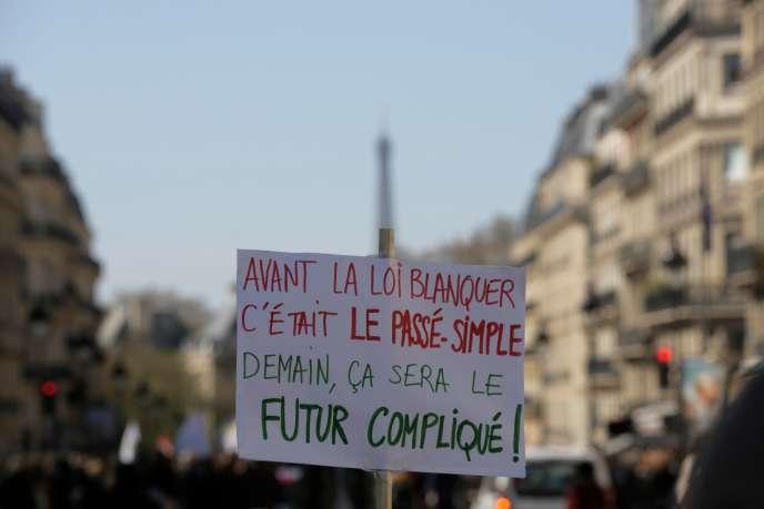 Quelques milliers d'enseignants ont défilé, samedi en France, pour protester contre la «loi Blanquer» et la réforme du lycée.