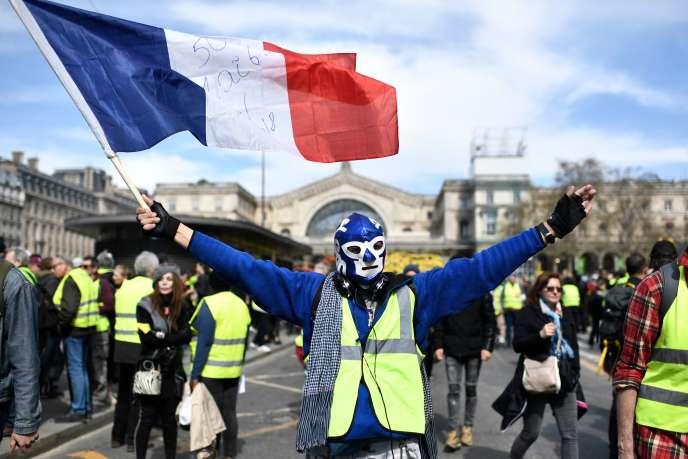 Un manifestant à la gare de l'Est, à Paris, le 30 mars.