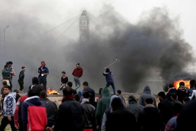 Les adolescents palestiniens ont défiéles soldats israéliens lors de la« marche du retour » organisée à Gaza, le 30 mars.