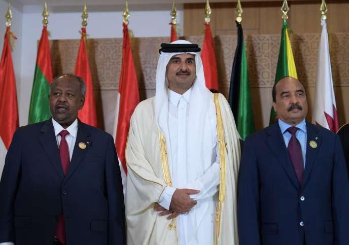 L'émir du Qatar Cheikh Tamim ben Hamad Al-Thani, entouré président de Djibouti Ismaïl Omar Guelleh (g.) et du président de la Mauritanie Mohamed Ould Abdel Aziz