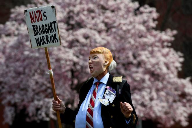 Lors d'une manifestation anti-OTAN, le 30 mars à Washington.