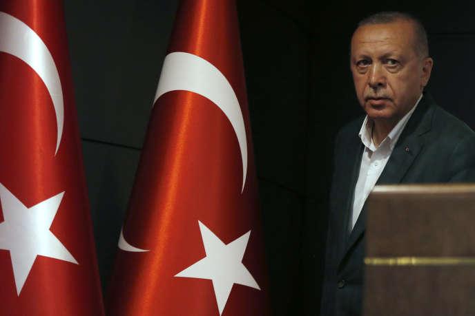 Le président turc Recep Tayyip Erdogan à son arrivée en conférence de presse le 31 mars 2019, après le crutin des élections municipales.