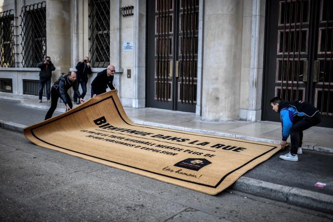 La Fondation Abbé Pierre a déposé un paillasson géant devant la porte du ministère du logement, dimanche 31 mars, pour dénoncer la fin de la trêve hivernale.