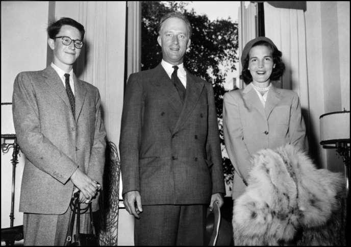 Baudouin, son père Léopold IIIet Lilian Baels à Bruxelles (Belgique), en mars 1950.