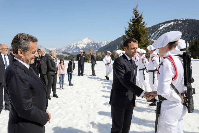 Emmanuel Macron et Nicolas Sarkozy lors d'un hommage aux résistants tués sur le plateau des Glières, en Haute-Savoie, le 31 mars.