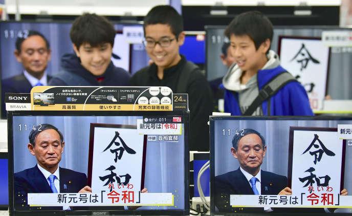 Le 1er avril, près de Tokyo, lors de larévélation du nom de la nouvelle ère impériale.