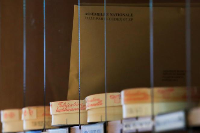 Des boîtes de camembert non pasteurisé dans les casiers de l'Assemblée nationale, à Paris, le 13 mars.