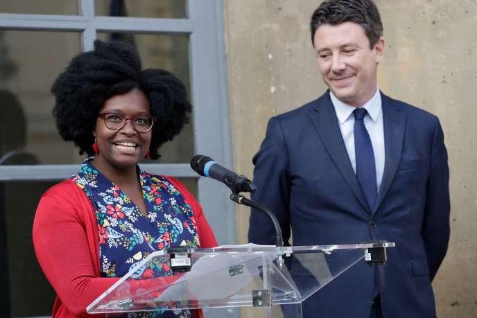 Sibeth Ndiaye, conseillère presse d'Emmanuel Macron promue porte-parole du gouvernement,, lors de sa passation de pouvoir avec Benjamin Griveaux, le 1er avril à Paris.