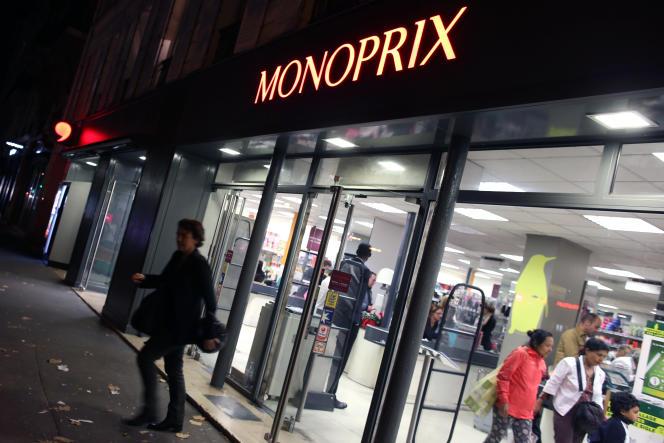 A l'entrée d'un supermarché Monoprix, à Paris, en octobre 2013.