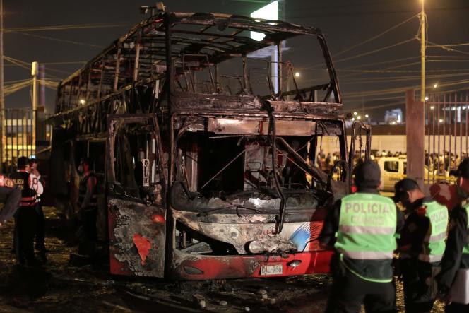 Les restes de l'autobuscalciné qui a pris feu et provoqué la mort d'au moins 20 personnes à Lima le 31 mars.