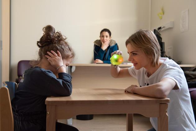Maya, jeune autiste, avec sa mère, lors d'une consultation au DIPEA de Versailles, le 26 mars.