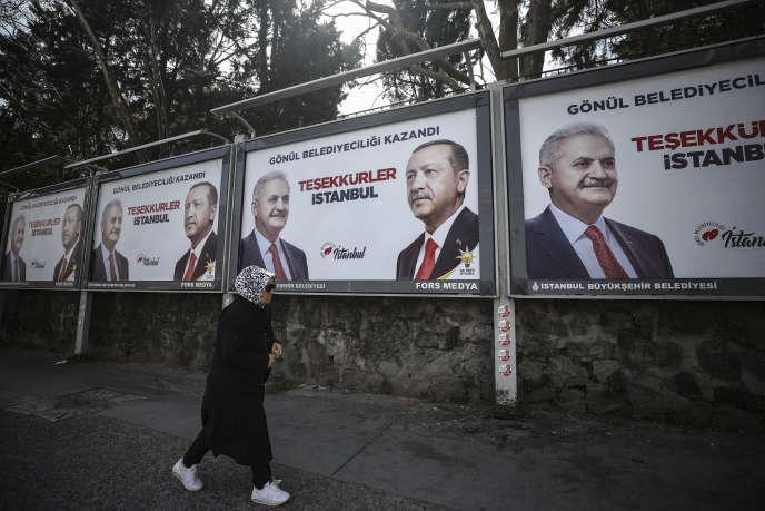Des affiches de l'AKP à Instanbul, le 1er avril.
