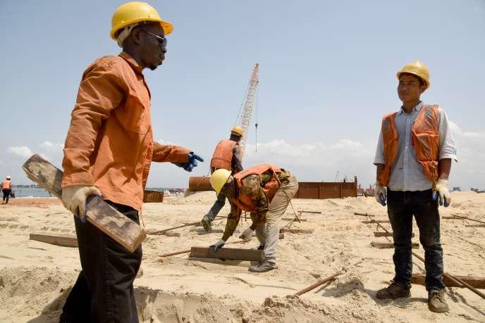 Sur le chantier du deuxième terminal à conteneurs du port d'Abidjan, en Côte d'Ivoire, le 27mars 2019.