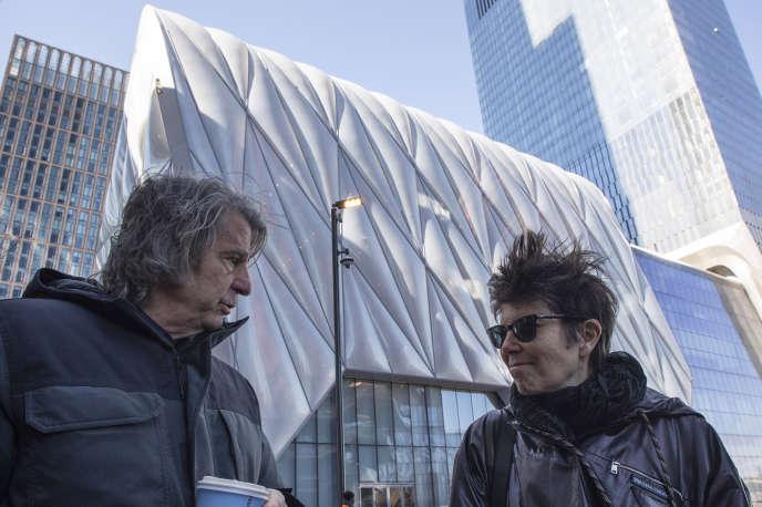 Les architectes David Rockwell et Elizabeth Diller, devant The Shed, à New York, le 1er avril.