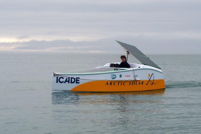 La navigatrice et exploratrice française Anne Quéméré sur son bateau propulsé uniquement à l'énergie solaire.