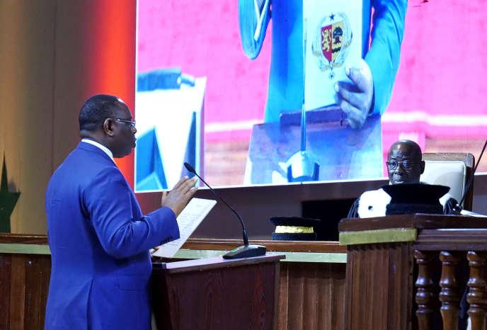 Le président sénégalais Macky Sall prête serment pour son deuxième mandat, au Sénégal, le 2 avril 2019. REUTERS/Christophe Van Der Perre