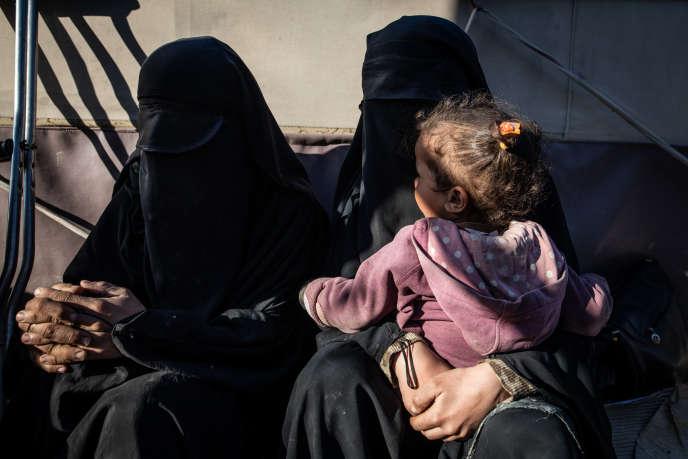 Elise, Myriam et la fille de cette dernière dans le camp de déplacé d'Al-Hol, en Syrie, en mars.