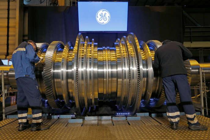 Des employés travaillent sur une turbine à l'usine General Electric (GE) de Belfort, en février 2017.
